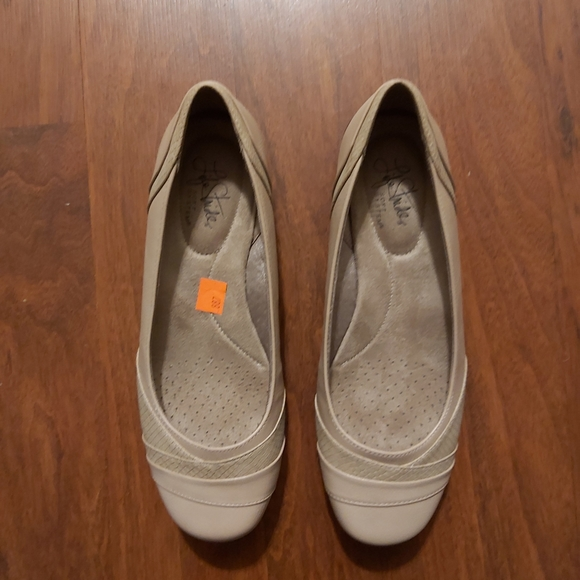 NWT Life stride beige flats size 8